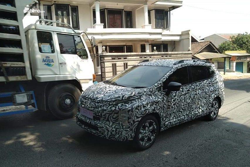 Foto mobil Mitsubishi berbalut stiker kamuflase di jalanan