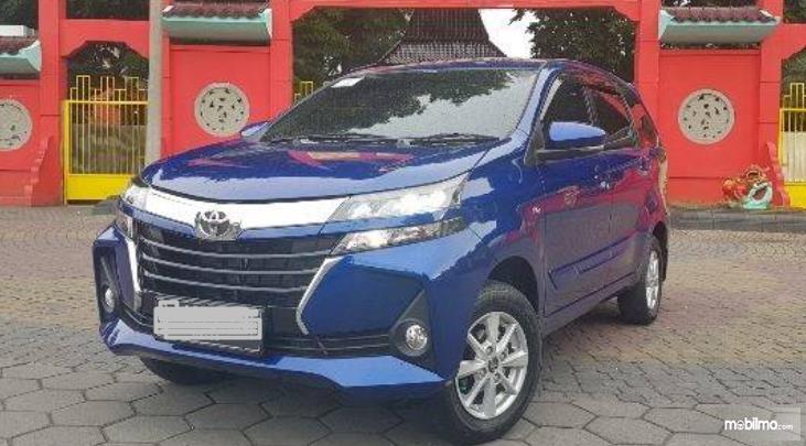 Gambar ini menunjukkan mobil Toyota Avanza warna biru tampak depan