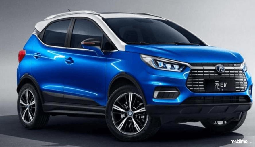Gambar ini menunjukkan mobil BYD Yuan dengan warna biru