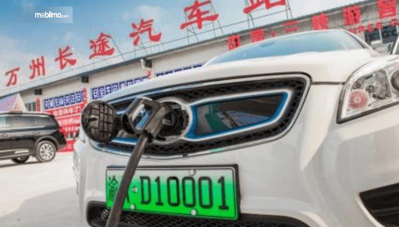 Gambar ini menunjukkan pengisian daya pada mobil listrik di China