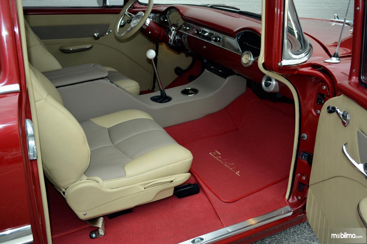Foto Karpet mobil klasik warna merah