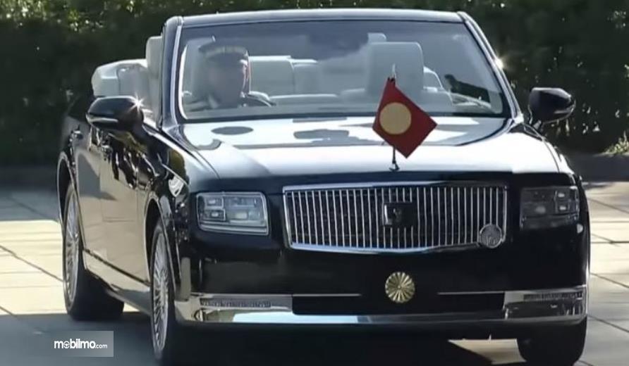Gambar ini menunjukkan mobil Toyota Century Convertible tampak depan