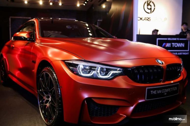 Gambar ini menunjukkan mobil BMW M4 Competition tampak bagian depan