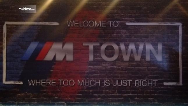 Gambar ini menunjukkan tulisan M Town dari BMW