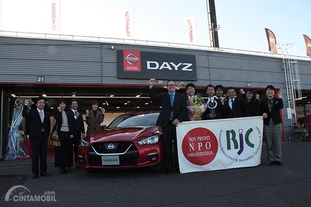 Foto bersama usai menerima penghargaan Teknologi otomotif terbaik untuk ProPILOT 2.0 Nissan Skyline