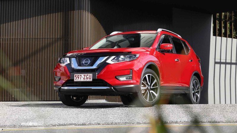 Foto Nissan X-TRAIL N-TREK Limited Edition tampak dari samping depan