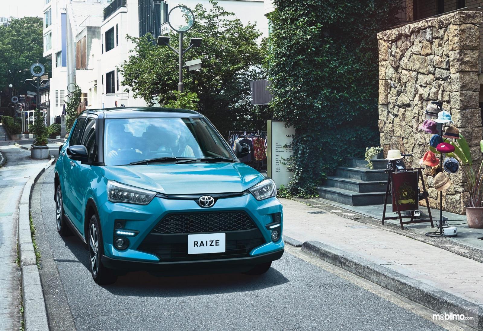 Foto Toyota Raize tampak dari samping depan