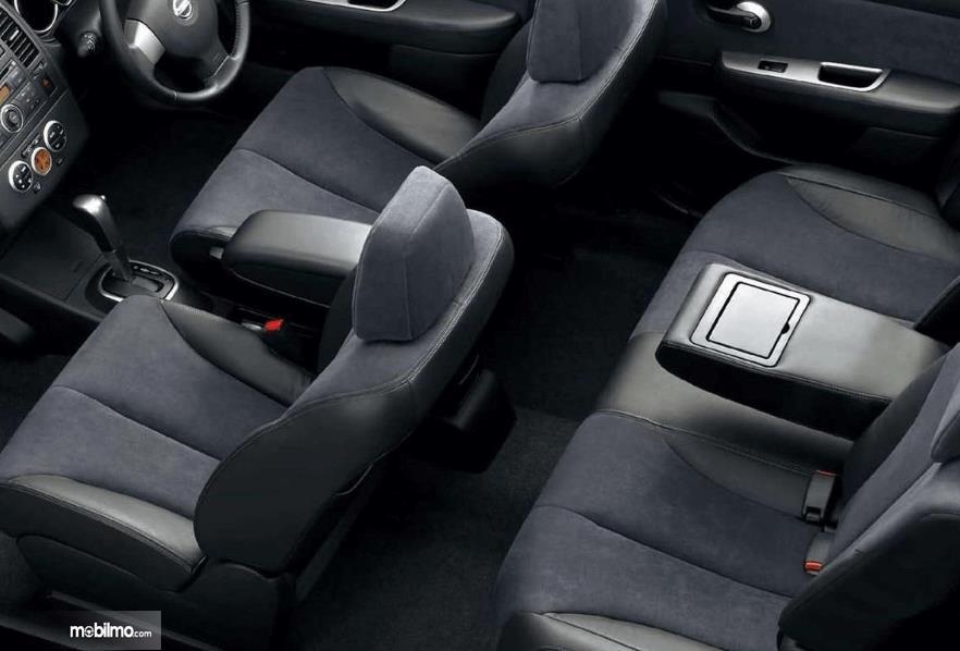 Gambar ini menunjukkan interior Nissan Latio 2005