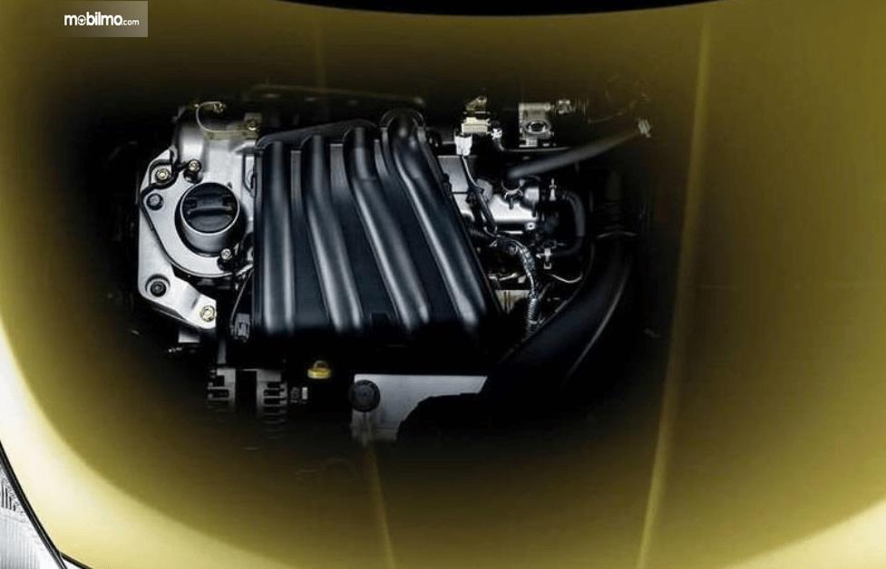 Gambar ini menunjukkan mesin mobil yang dimiliki Nissan Latio 2005