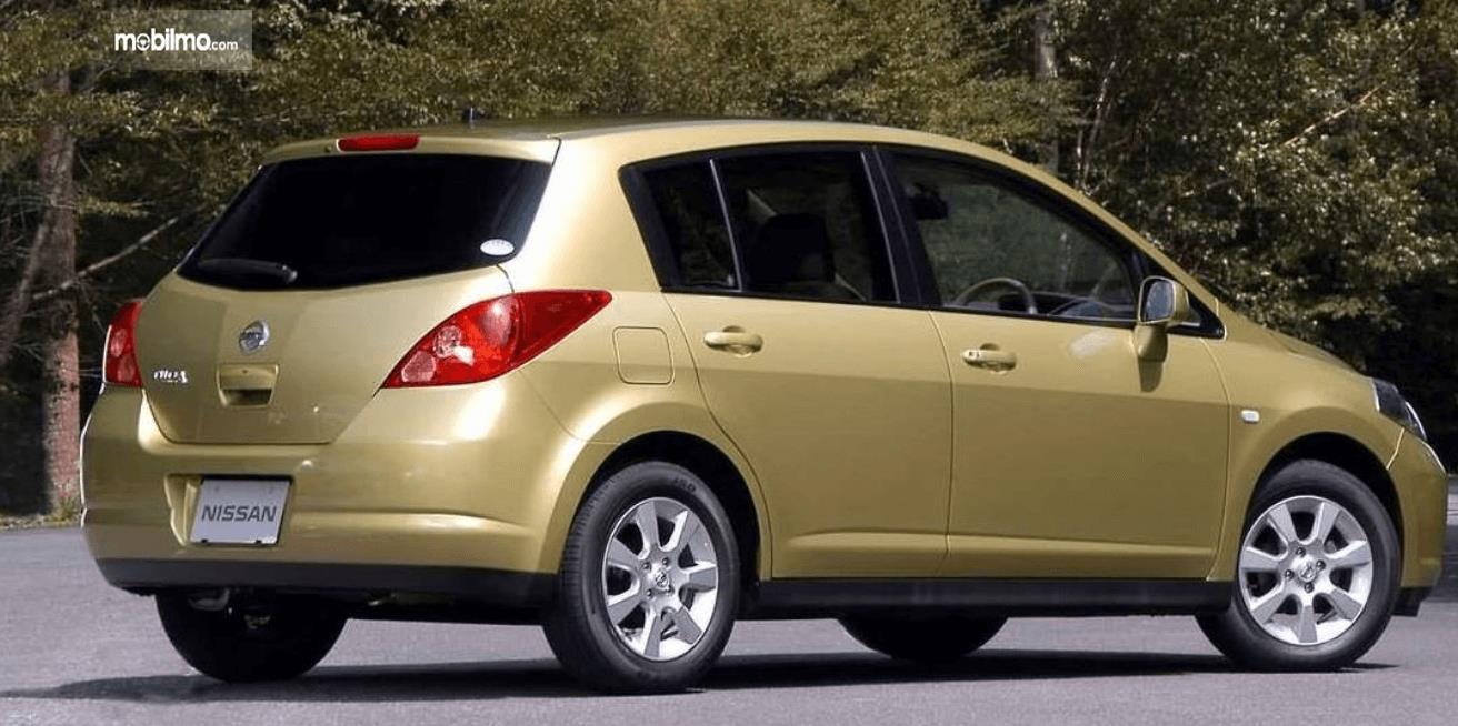 Gambar ini menunjukkan bagian belakang dan samping kanan Nissan Latio 2005