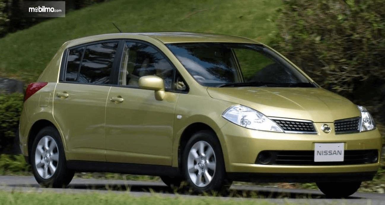 Gambar ini menunjukkan bagian depan Nissan Latio 2005 dan samping kanan