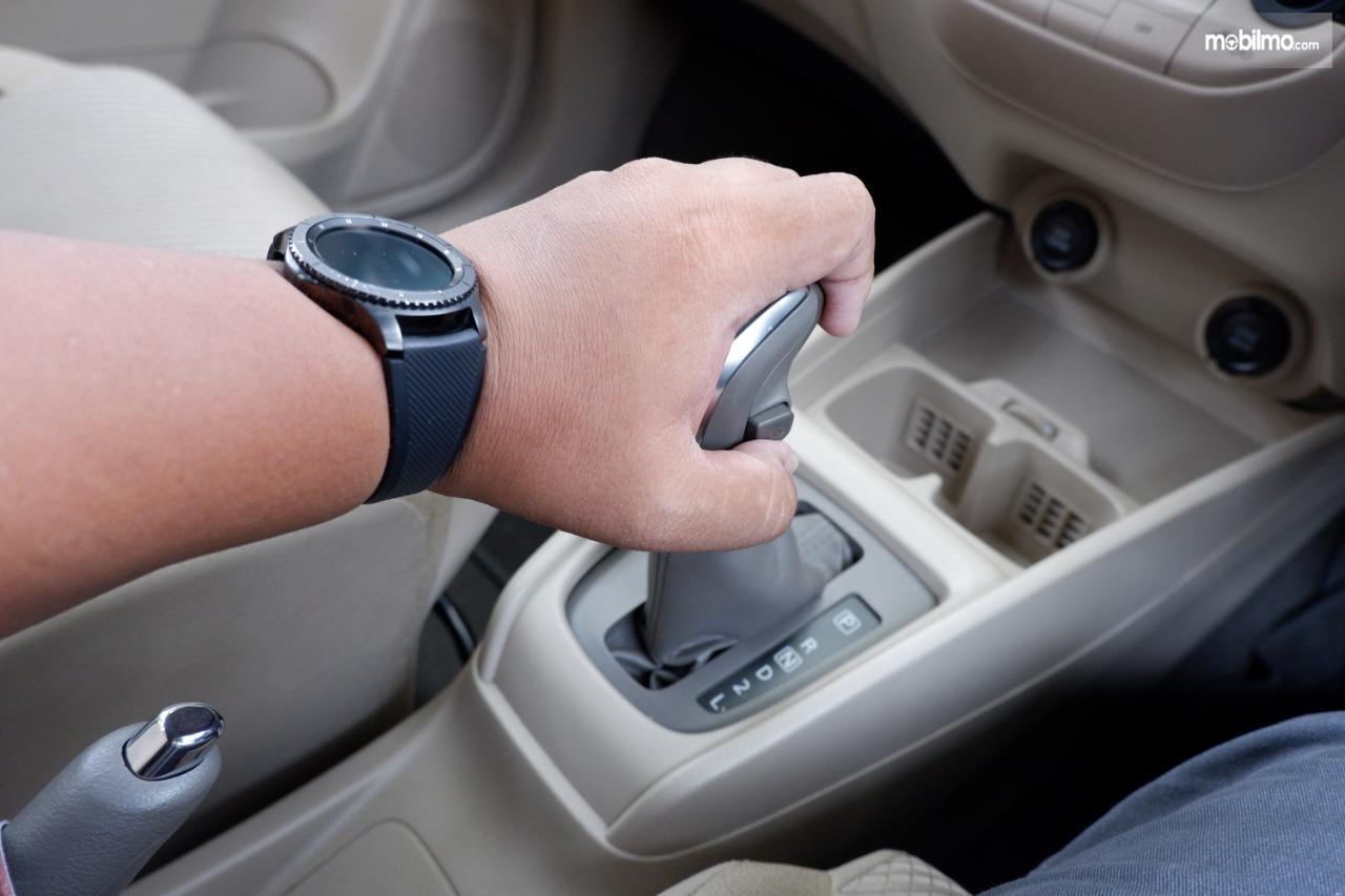 Gambar menunjukkan tuas transmisi di Suzuki Ertiga