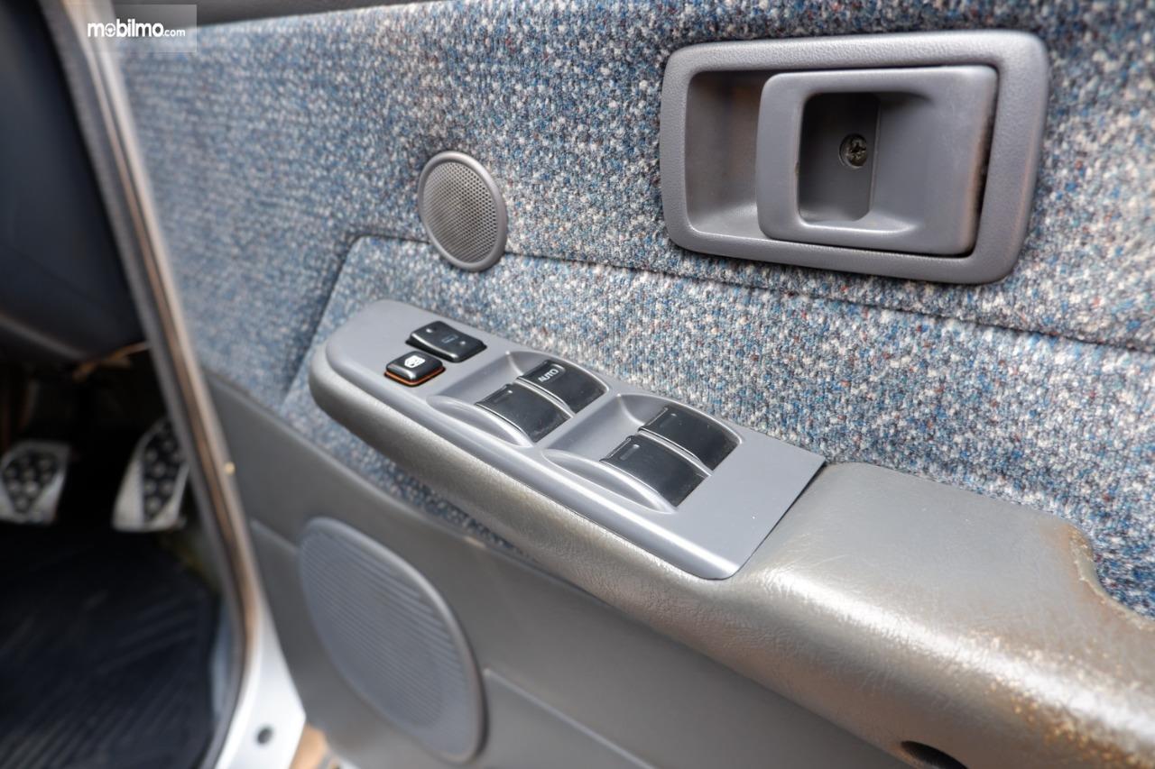 Gambar menunjukkan tombol sentral power window Toyota Kijang