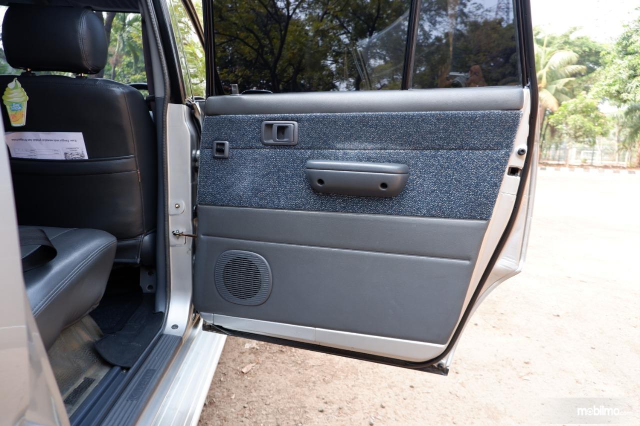 Gambar menunjukkan trim pintu Toyota Kijang