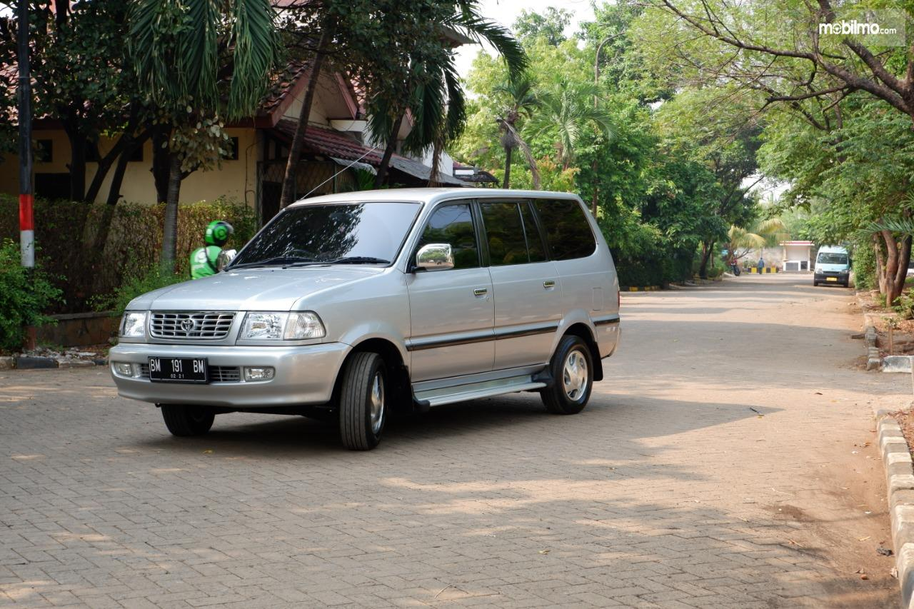 Gambar menunjukkan Toyota Kijang LGX 2.0 2001