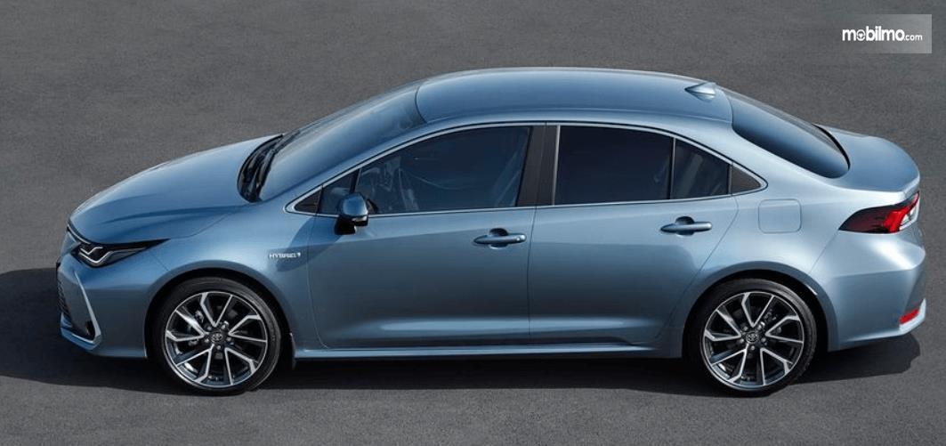 Gambar ini menunjukkan mobil All New Toyota Corolla Altis tampak samping