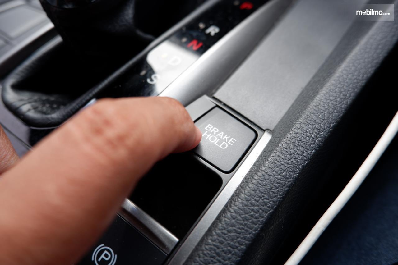Gambar menunjukkan tombol brake hold di mobil Honda Civic Turbo
