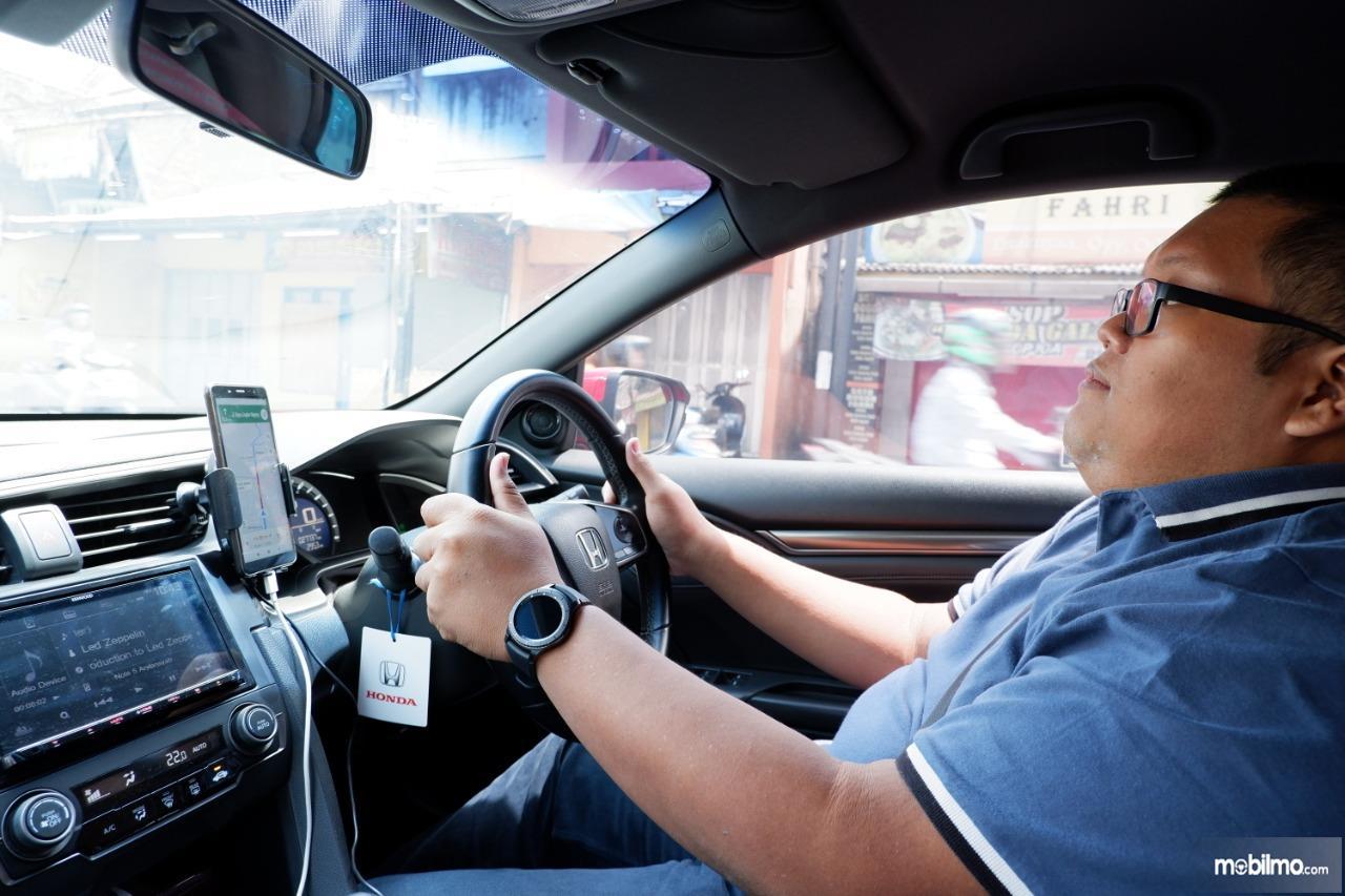 Gambar menunjukkan tim tester Cintamobil sedang mengemudikan mobil Honda