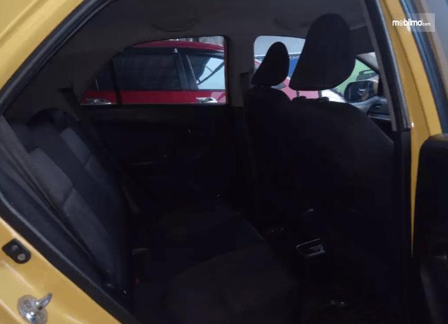 Gambar ini menunjukkan mobil KIA Morning 1.0 2014 tampak jok belakang