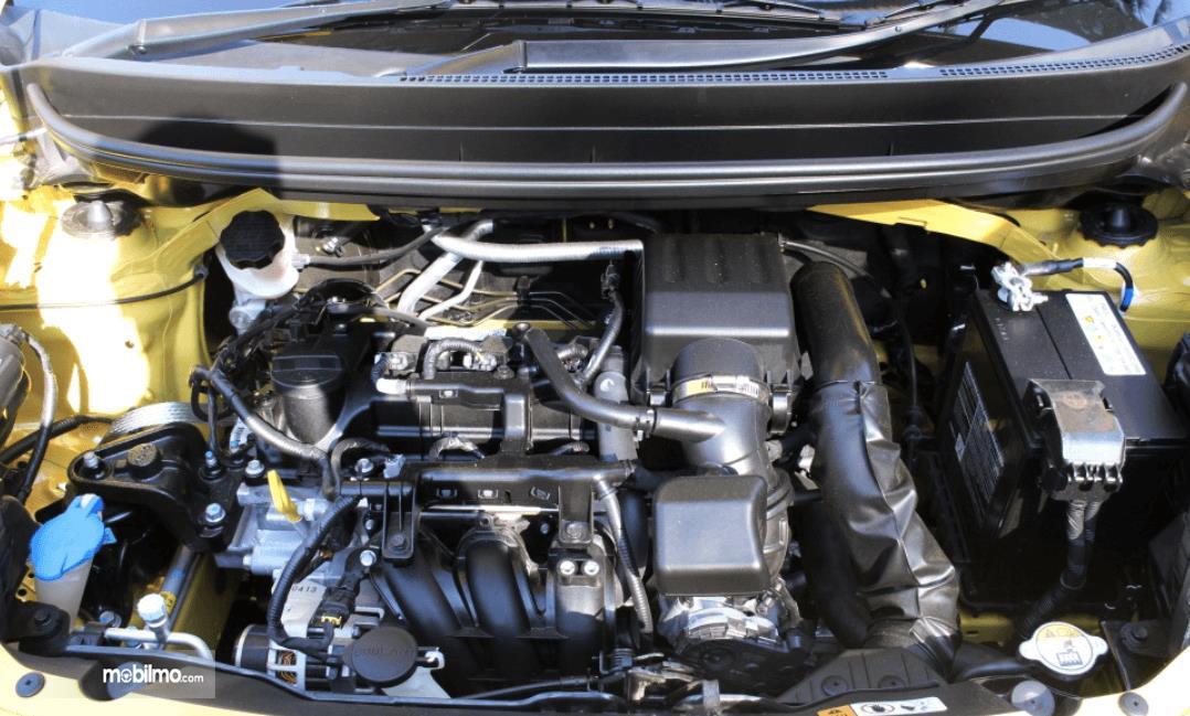 Gambar ini menunjukkan mesin mobil KIA Morning 1.0 2014