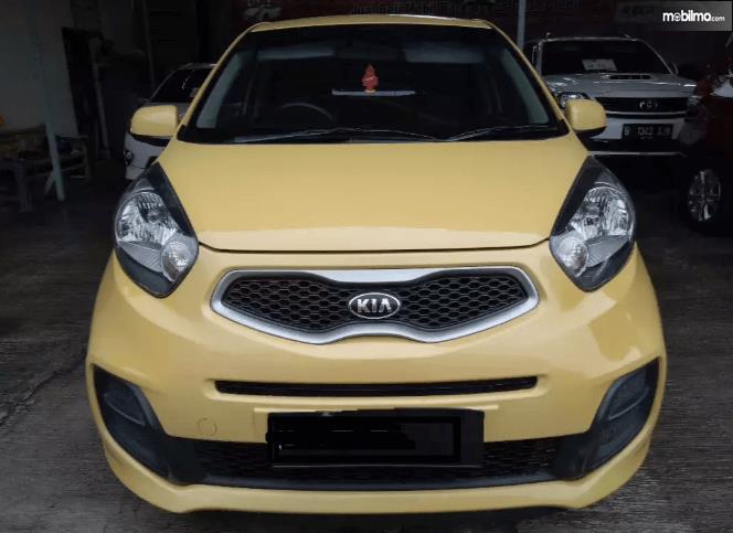 Gambar ini menunjukkan bagian depan mobil KIA Morning 1.0 2014