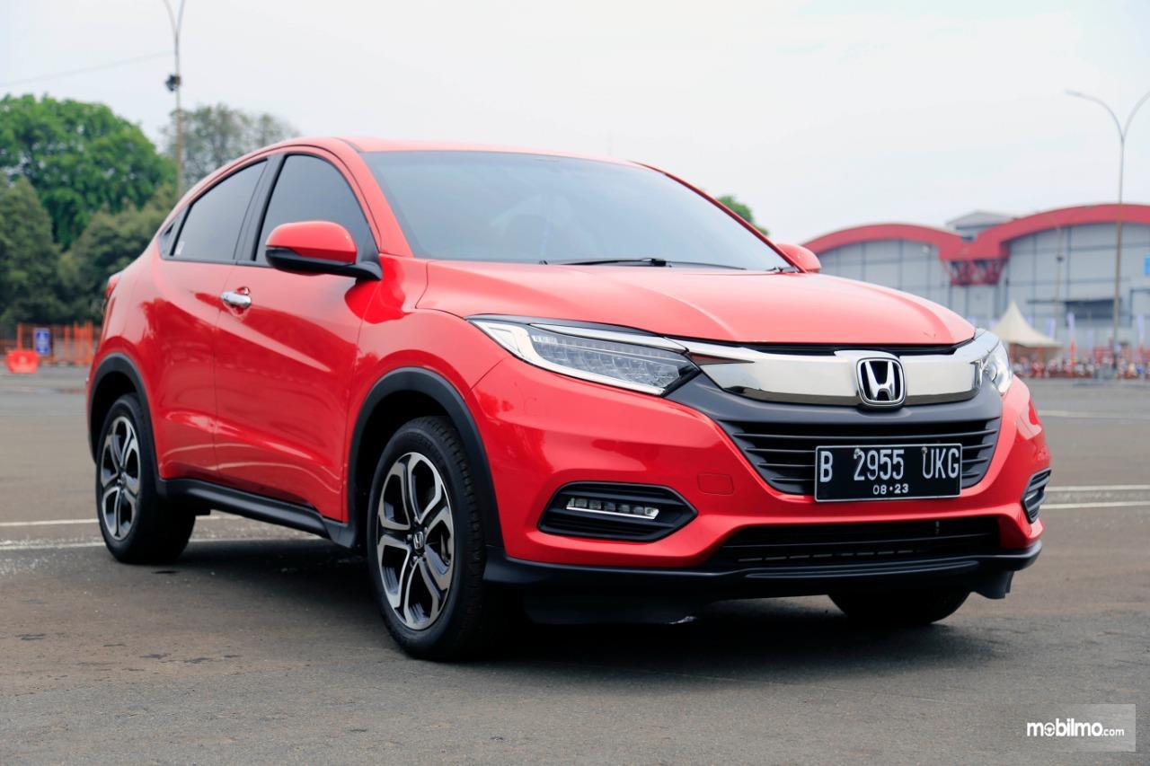 Foto Honda HR-V tampak dari samping depan