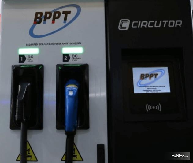 Gambar ini menunjukkan fasilitras pengisian daya listrik untuk mobil listrik