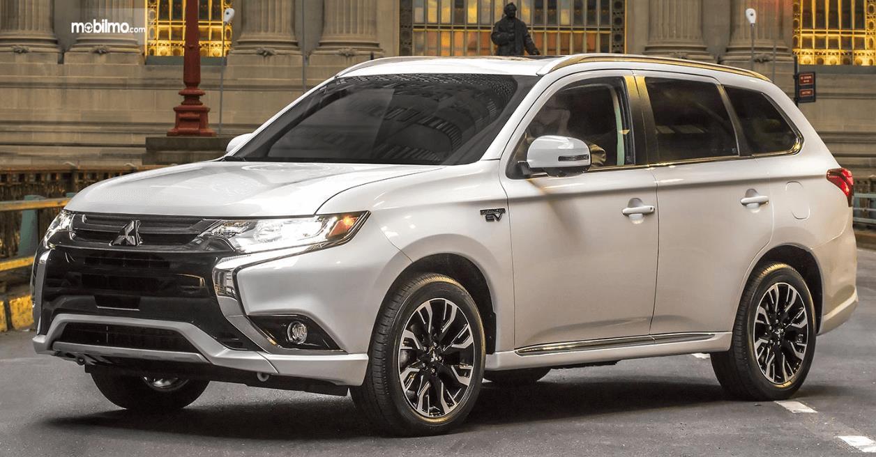 Gambar ini menunjukkan mobil Mitsubishi Outlander PHEV