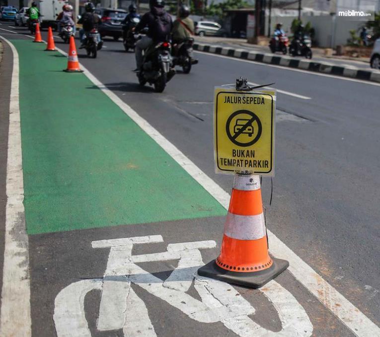 Gambar ini menunjukkan rambu-rambu tentang jalur sepeda