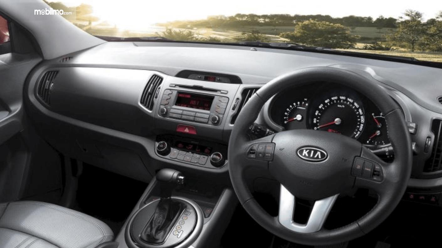Gambar ini menunjukkan dashboard dan kemudi mobil KIA Sportage Diesel 2016