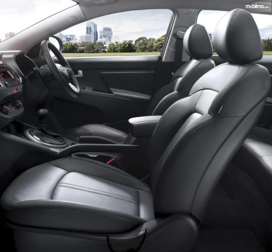 Gambar ini menunjukkan jok mobil pada mobil KIA Sportage Diesel 2016