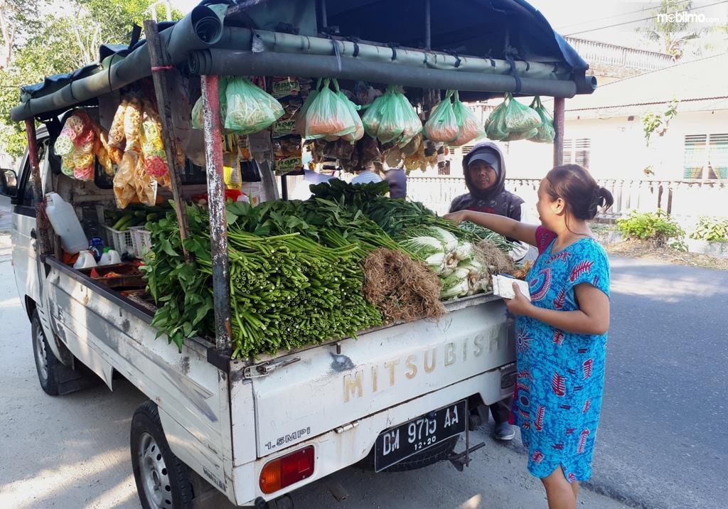 Foto ibu-ibu membeli sayuran di lapak mobil sayur keliling