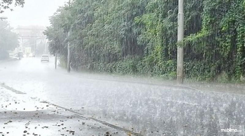 Foto suasana saat hujan di jalan raya