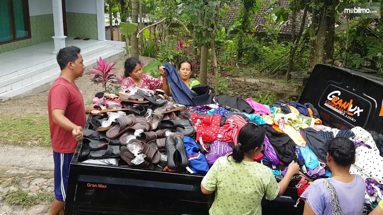 Foto pedagang sandal keliling