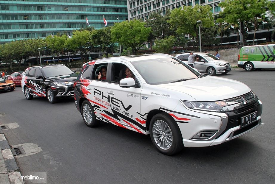 Foto Mitsubishi Outlander PHEV saat mengikuti konvoi mobil listrik di Jakarta
