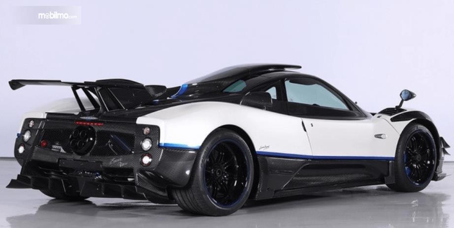 Gambar ini menunjukkan bagian belakang dan samping kanan Supercar Pagani Zonda Riviera