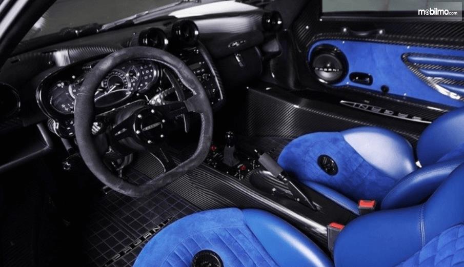 Gambar ini menunjukkan interior dari mobil Supercar Pagani Zonda Riviera
