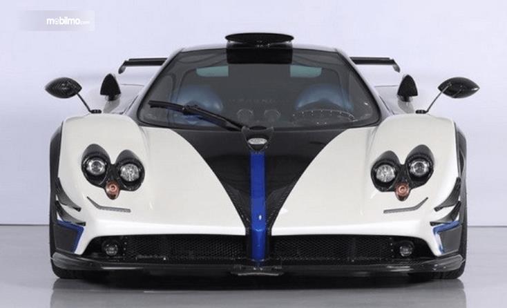 Gambar ini menunjukkan bagian depan mobil Supercar Pagani Zonda Riviera