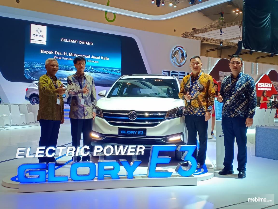 Foto bersama mobil listrik Glory E3 saat diluncurkan
