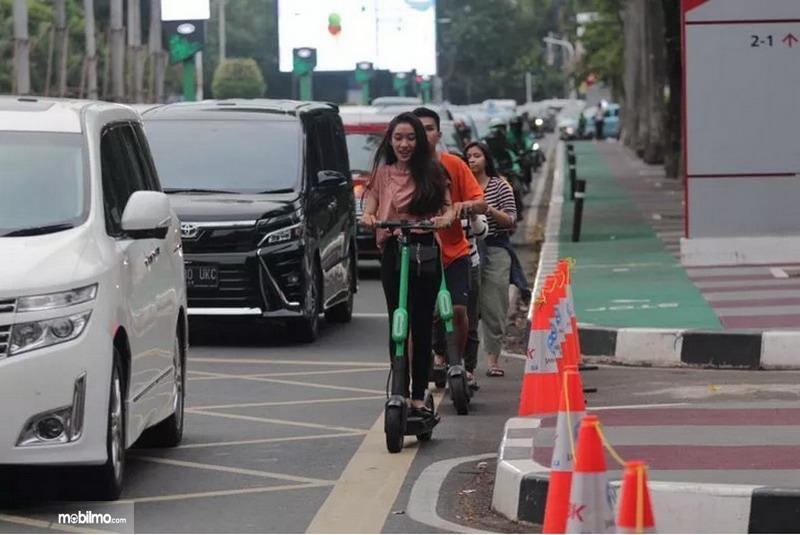 Foto pengguna skuter listrik GrabWheels di jalanan