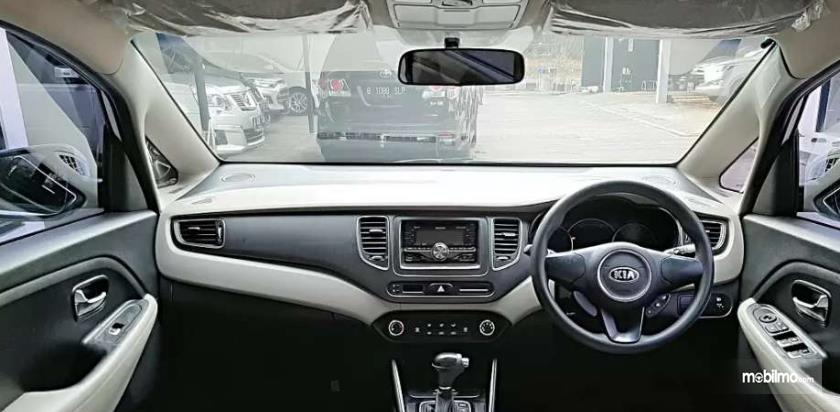 Gambar ini menunjukkan dashboard mobil Kia Carens LX 2013