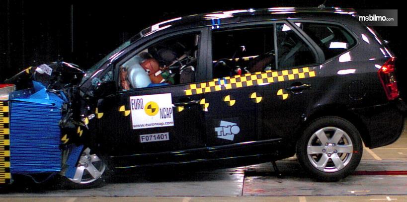 Gambar ini menunjukkan uji EURO NCAP KIA Carens