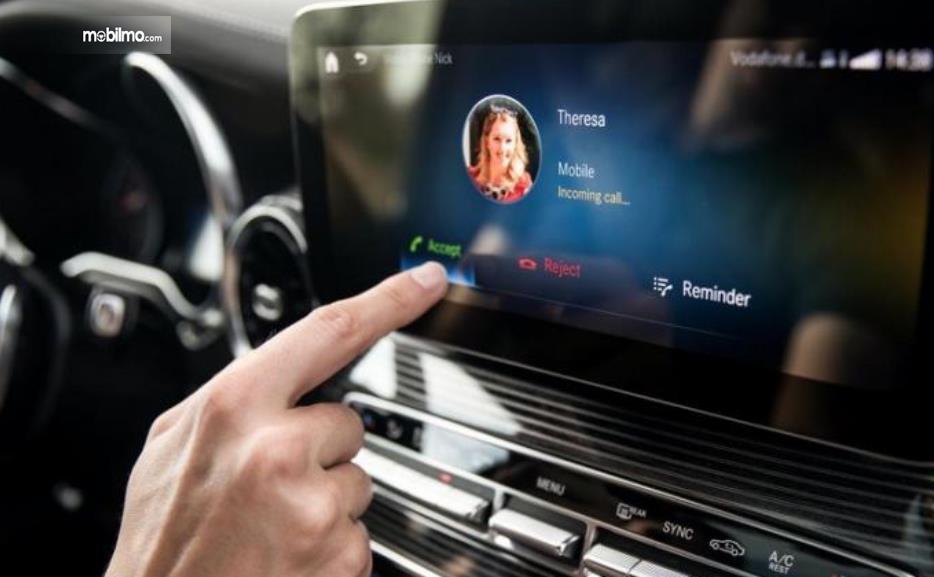 Gambar ini menunjukkan ilustrasi teknologi terbaru MBUX Mercedes-Benz