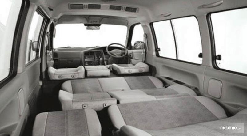 Gambar ini menunjukkan jok mobil yang semuanya dilipat pada KIA Pregio 2008
