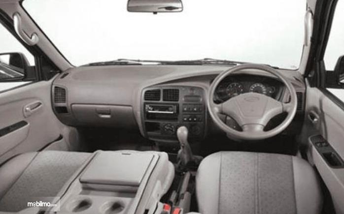 Gambar ini menunjukkan bagian dashboard dan kemudi KIA Pregio 2008
