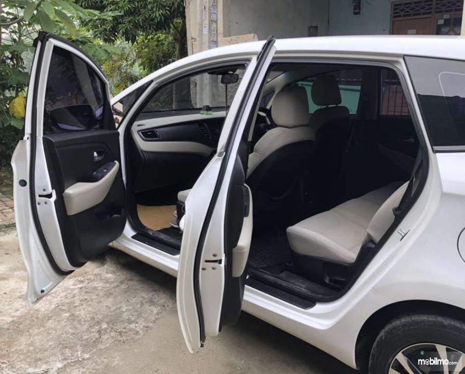 Gambar ini menunjukkan mobil Kia Carens LX 2013 dengan pntu terbuka