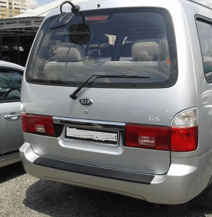 Gambar ini menunjukkan bagian belakang mobil KIA Pregio 2008