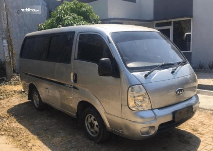 Gambar ini menunjukkan bagian samping kanan dan depan KIA Travello 2006