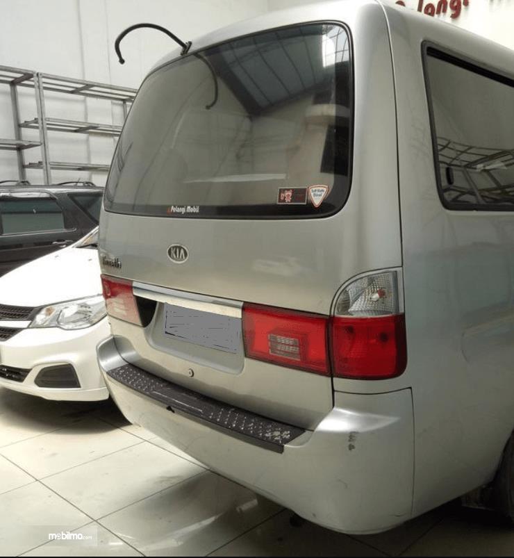 Gambar ini menunjukkan bagian belakang mobil KIA Travello 2006