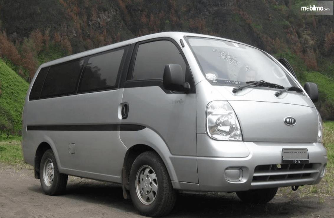 Gambar ini menunjukkan bagian depan dan bagian kanan mobil KIA Travello 2006